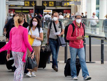 Pasajeros a su llegada al aeropuerto de Palma.