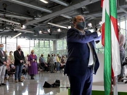 El presidente del PNV, Andoni Ortuzar, durante el izado de la Ikurriña en el palacio Euskalduna