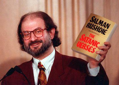 Salman Rushdie, tras la publicación de 'Los versos satánicos, que desencadenó una feuta de Jomeini contra él.