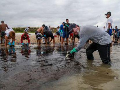 Voluntarios y funcionarios han recogido más de 500 toneladas de crudo en la turística costa del noreste del país