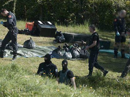 Policías franceses inspeccionan un zulo de ETA, hallado Saint-Pee-sur-Nivelle en abril de 2017.