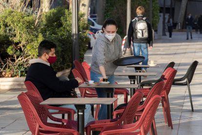 Una camarera atiende una mesa en una terraza en Cartagena, este miércoles.