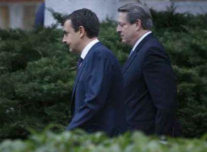 José Luis Rodríguez Zapatero  y el ex vicepresidente de Estados Unidos Al Gore, a las puertas del Palacio de la Moncloa tras reunirse hoy para analizar las consecuencias del cambio climático.