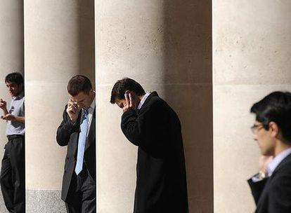 Trabajadores de la City de Londres mostraban su preocupación esta semana por los acontecimientos que afectan a toda la banca europea.
