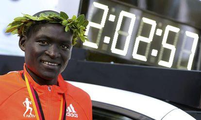 Kimetto posa junto al cronómetro que refleja su récord