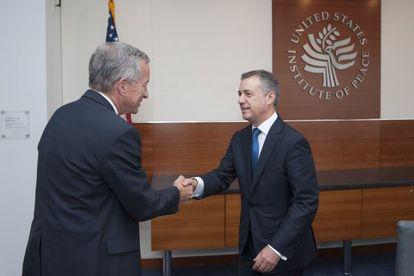 Urkullu (derecha) saluda a Jim Marshall, presidente del United States Institute of Peace (USIP), en Washington.