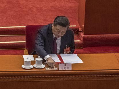 El presidente chino, Xi Jinping, presiona el botón para votar sobre la reforma del sistema electoral en Hong Kong, este jueves.