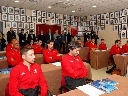 Varios exjugadores en el curso de entrenadores de la federación.