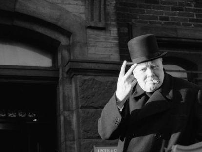 Winston Churchill hace el signo de la victoria durante una visita a Bradford en 1942.
