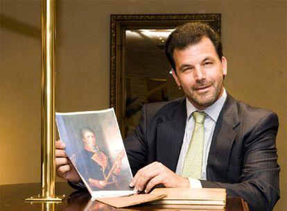 José María Moncasi de Alvear, con un retrato de su antepasado.