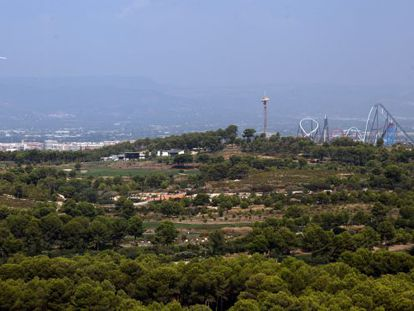 Terrenos del futuro parque temático Barcelona World en Salou y Vilaseca ( Tarragona) , con el parque de ocio de PortAventura al fondo.