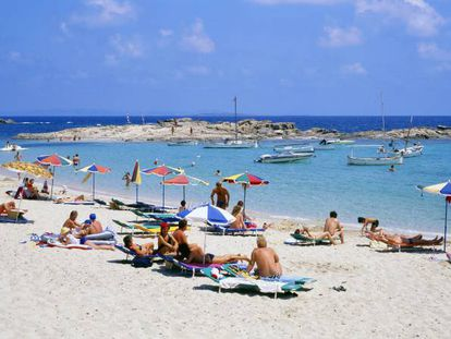 Turistas en la playa de Es Pujols, en la isla balear de Formentera.