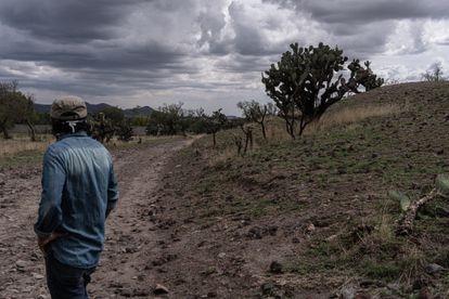 Guillermo, un poblador de la zona observa  al lado del monolito de Oztoyahualco.