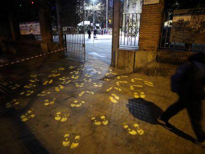 Pintadas en el suelo que representan pisadas y lazos amarillos en apoyo a los lideres independentistas, en el colegio Ramon Llull, en Barcelona.