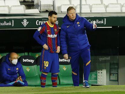 Koeman da instrucciones a Messi antes de sacarlo ante el Betis.