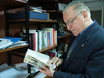 El obispo emérito de Palencia Nicolás Castellanos durante su entrevista a EL PAÍS