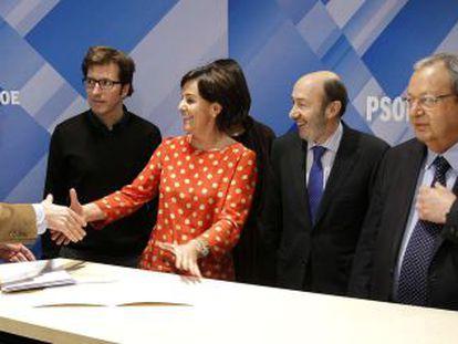 Alfredo Pérez Rubalcaba presenta sus avales junto a Juan Moscoso, Dolores Gorostiaga y Txiqui Benegas.
