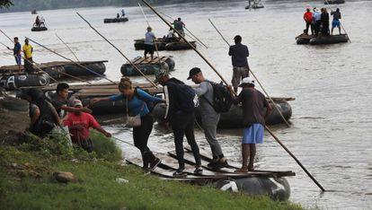 Algunos migrantes en el río Suchiate, ubicado en la frontera entre México y Guatemala.