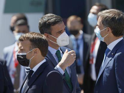 Pedro Sánchez junto al presidente belga Alexander de Croo, el presidente francés Emmanuel Macron y el presidente polaco Mateusz Morawiecki tras la reunión del Consejo Europeo el sábado en el Palacio de Cristal de Oporto.
