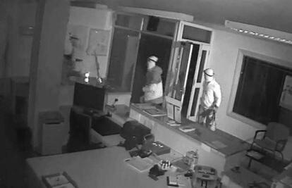 Captura de una grabación de vídeo en la que se ve a miembros de la banda en uno de sus asaltos.