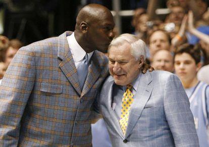 Michael Jordan besa a su mentor Dean Smith durante un homenaje al técnico en 2007.
