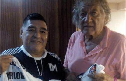 Diego Maradona y el Trinche Carlovich, durante un encuentro en Rosario, en febrero de 2020.