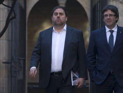 Oriol Junqueras, y el president Carles Puigdemont, este martes, dirigiéndose a la reunión del Consell Executiu.
