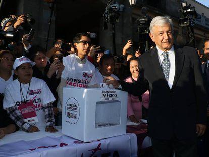 López Obrador participa en la consulta sobre el aeropuerto de México.