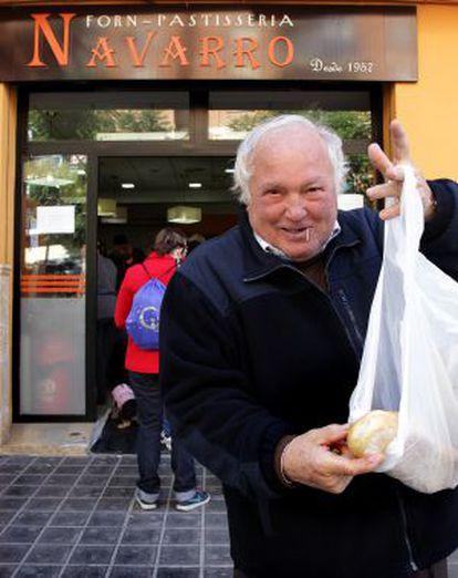 Un pensionista acude por primera vez al horno de Navarro el martes.