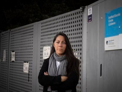 Juncal Iglesias, madre de Guillem Rius, en la puerta del instituto público de Barcelona en el que está matriculado.