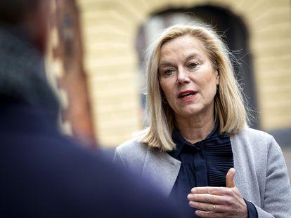 Sigrid Kaag, ministra en funciones de Comercio Exterior y Cooperación para el Desarrollo, habla con la prensa en La Haya, el pasado 8 de marzo.