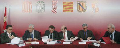 De izquierda a derecha, Serafín Castellano (Comunidad Valenciana), José Ángel Biel (Aragón), José Antonio de Santiago-Juárez (Castilla y León), Gaspar Zarrías (Andalucía), Joan Saura (Cataluña) y Albert Moragues (Islas Baleares), firman convenios de colaboración  en Valladolid.