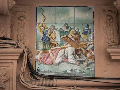 Azulejos del Vía Crucis en el número 5 deL Caller Major de L'Hospitalet de Llobregat.