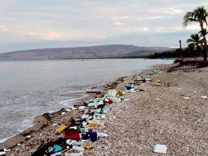Plásticos en una playa de Haití