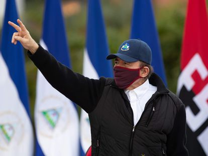 Daniel Ortega se muestra con una mascarilla en un evento público el 19 de julio en Managua.