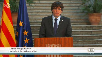 """Comparecencia de Carles Puigdemont el 28 de octubre, cuando ya había sido destituido como presidente de la Generalitat y un día antes de marcharse a Bruselas. El rótulo de TV3 lo identifica como """"president""""."""