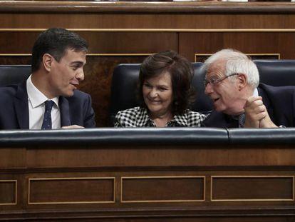 Pedro Sánchez, junto a la vicepresidenta del Gobierno, Carmen Calvo y el ministro de Asuntos Exteriores, Josep Borrell en el Congreso.