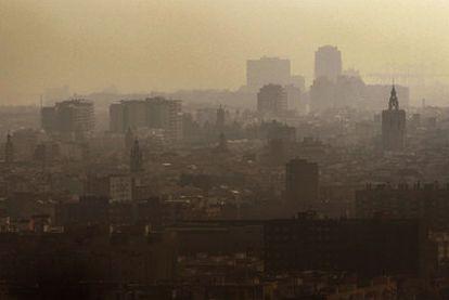 Aspecto que presentaba la atmósfera de Valencia ayer al mediodía.