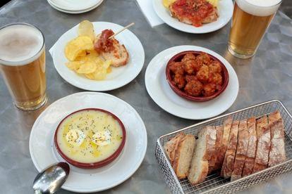Cazuela de atascaburras, albóndigas caseras, coreano, salchichas en salsa y cervezas artersanas manchegas en la terraza de la Bodega Salvaje.