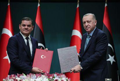 El presidente turco, Recep Tayyip Erdogan (derecha), posa junto al primer ministro interino de Libia, Abdul Hamid Dbeibah, el lunes en Ankara.