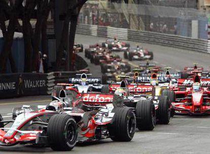Fernando Alonso lidera la carrera ante Hamilton en la salida del Gran Premio.