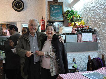 Los hosteleros Inés Llanos y José Martínez, en su restaurante Zara.