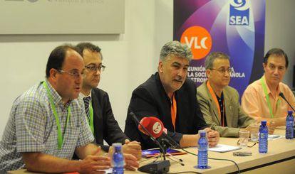Eduardo Ros, José Carlos Guirado, Emilio Alfaro, Jaime Zamorano y Enric Marco, presentan el congreso de astronomía en Valencia.
