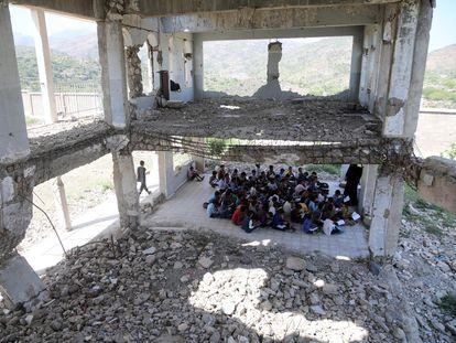 Alumnos yemeníes asisten a clase en las ruinas de una escuela de Taiz, destruida hace dos años por un bombardeo.