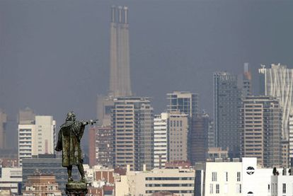 Una densa capa de partículas contaminantes cubrió ayer, un día más, Barcelona y el área metropolitana.