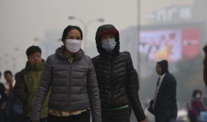 Ciudadanos chinos llevan mascarillas en Shenyang, en el noreste del país, para protegerse de la contaminación.