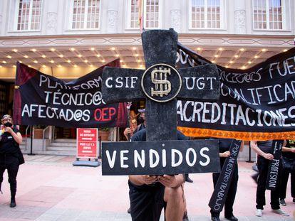 Protesta de técnicos de teatro ante el Teatro de la Zarzuela, este sábado.