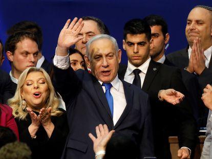 El primer ministro Benjamín Netanyahu, celebra su victoria electoral la madrugada del martes en Tel Aviv. REUTERS/Amir Cohen