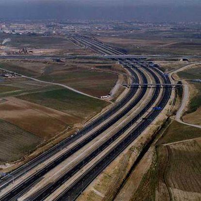 Vista aérea de la autopista radial R-5 en las afueras de Madrid.