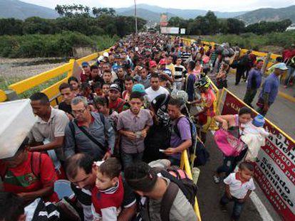 Miles de venezolanos cruzan a Colombia por el puente Simón Bolívar; si el flujo no remite se teme una crisis humanitaria